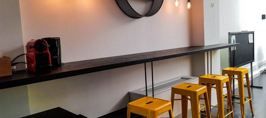 Un coin café avec son bar